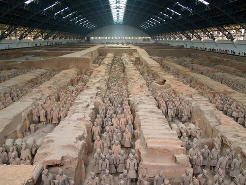 Jarno Gonzalez Zarraonandia / Shutterstock.comОтвет был найден после того, как близ города Линтонг крестьяне, копая колодец, случайно наткнулись на фигуры воинов и лошадей. Эта находка позволила археологам обнаружить около 8 000 тысяч глиняных терракотовых изваяний в полный рост, захороненных рядом с гробницей китайского императора Цинь Шихуанди, умершего в 210 году до н.э. Эта армия и должна была сопровождать императора в Царстве Теней. Все фигуры &mdash; пехотинцы, лучники, стрелки, кавалеристы, лошади, колесницы &mdash; были выстроены в строгом боевом порядке. В руках у воинов настоящее оружие &mdash; копья, луки, стрелы. Уздечки у коней выполнены из бронзы.<br />Кроме этой были найдены еще две гробницы императоров династии Хань около города Сиань, в подземных лабиринтах которых также были терракотовые воины, оружие из бронзы и железа, лошади и деревянные повозки.