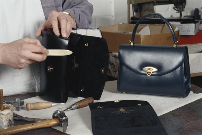 Фото №12 - Зачем Елизавете II столько одинаковых сумок Launer?