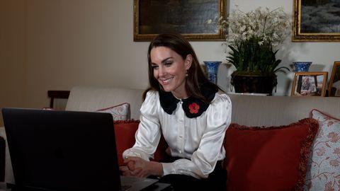 Фото №1 - Посмотрите на Кейт Миддлтон! Блуза с очень большим воротником — самая трендовая вещь в гардеробе