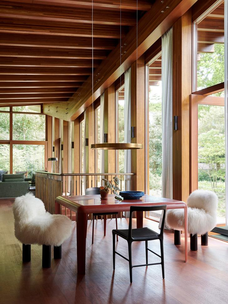 Кресла, Arflex. Черные стулья, Pulpo. Стол, Ferro van Porro. Светильник, Henge.