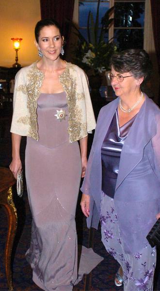 Фото №25 - 15 примеров, когда королевские особы надевали одно и то же вечернее платье несколько раз