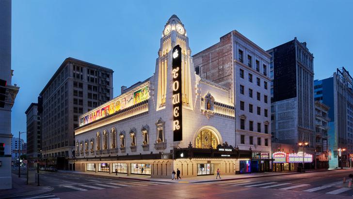 Фото №1 - Бутик Apple в историческом кинотеатре в Лос-Анжелесе