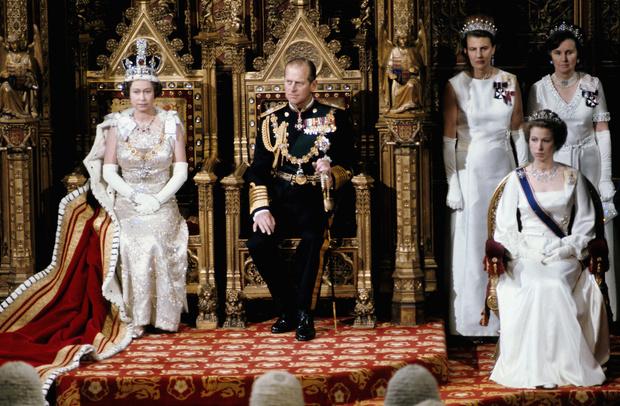 Фото №1 - Почему у короны Британской империи есть личный автомобиль и еще несколько фактов о главной королевской регалии