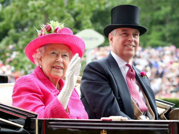Фото №2 - «Дорогие» родственники: во сколько Королеве обошлись скандалы вокруг Сассекских и принца Эндрю