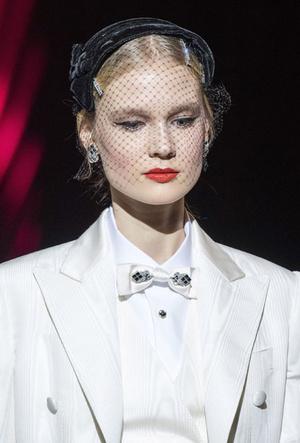 Фото №23 - Пушистые шляпы, ушанки и бейсболки без козырька: самые модные головные уборы сезона