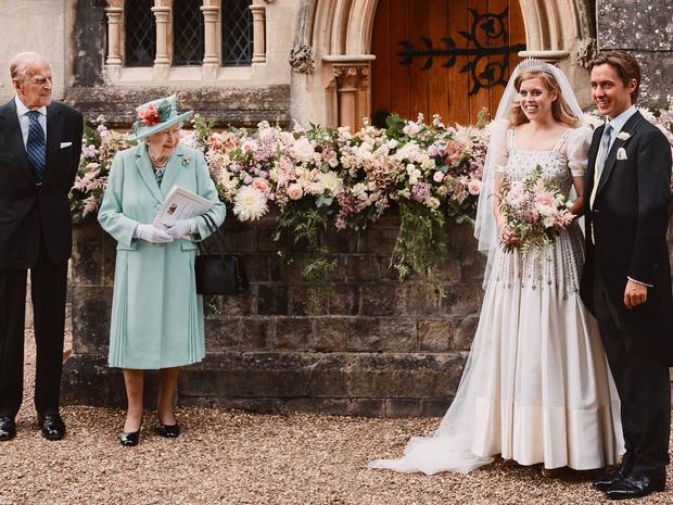Фото №1 - Не только красивый жест: почему Беатрис вышла замуж в платье Королевы на самом деле