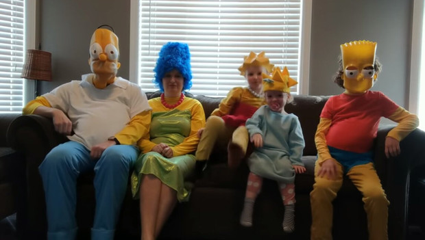 Фото №1 - Семья пересняла заставку «Симпсонов» в карантинном стиле (видео)