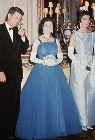 Фото №24 - От свадебных платьев до роскошных мехов: какие образы Виндзоров повторили в сериале «Корона»