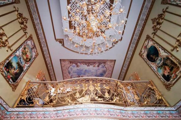 Фото №1 - Вензеля, велюровые диваны и золотой ободок унитаза: почему у тех, кто у власти, такой провинциальный вкус