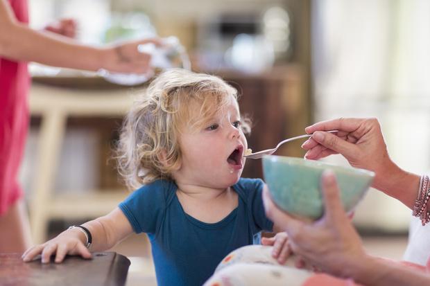 Фото №1 - Почему кормить ребенка должна только мама