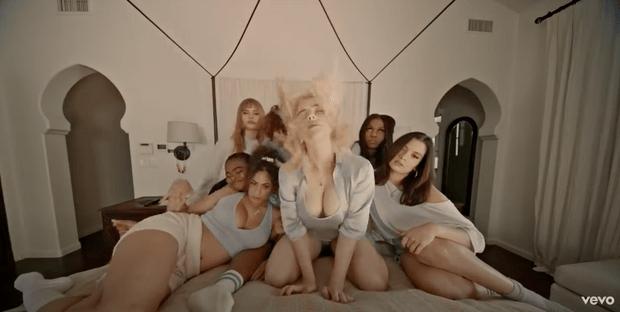 Фото №1 - Билли Айлиш танцует в нижнем белье с подругами в новом клипе Lost Cause