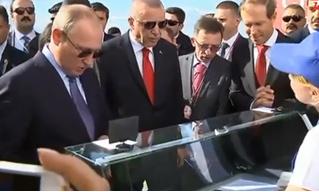 Владимир Путин на выставке МАКС купил мороженое, а сдачу велел отдать министру. Теперь министра хотят засудить
