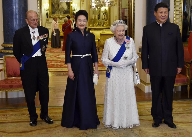 Фото №10 - От модных провалов до побед: как Первые леди одевались на встречи с Королевой