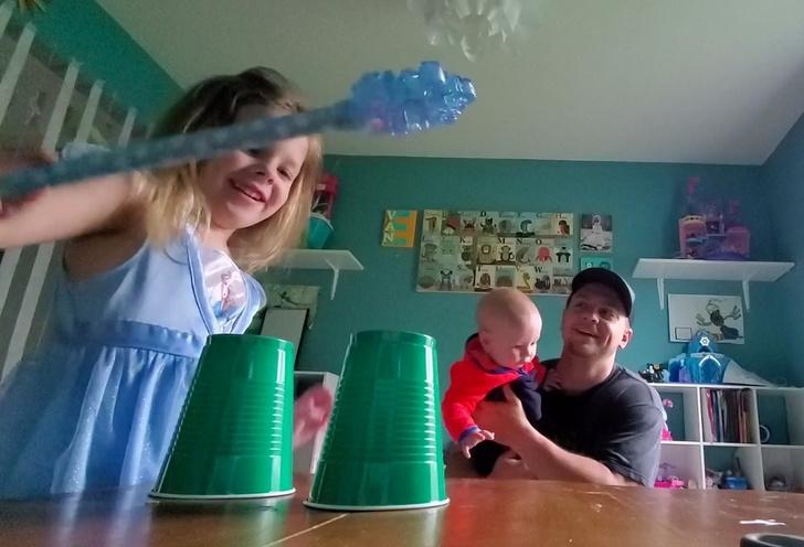 Фото №1 - Простой детский фокус с пластиковым стаканчиком (видео)