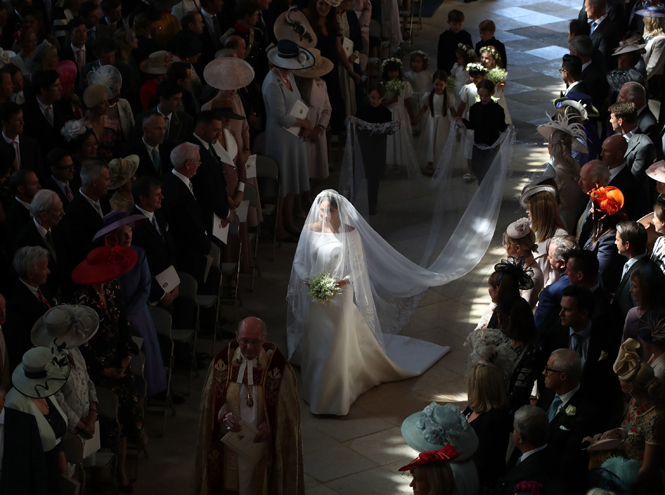 Фото №6 - О чем говорили жесты Гарри и Меган на свадьбе (и о чем пара шепталась)