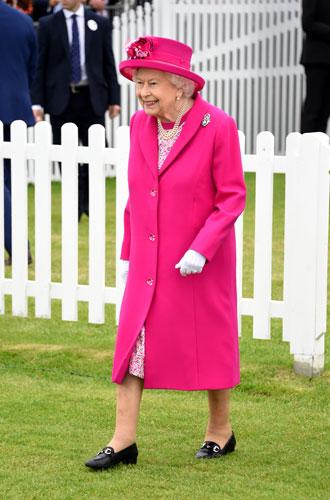 Фото №2 - С Королевой Елизаветой вновь случился конфуз (но она осталась невозмутимой)