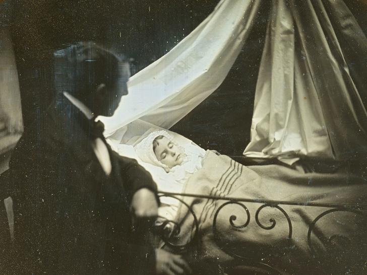 Фото №1 - Самый жуткий обычай прошлого: кто и зачем делал «живые» фото умерших людей