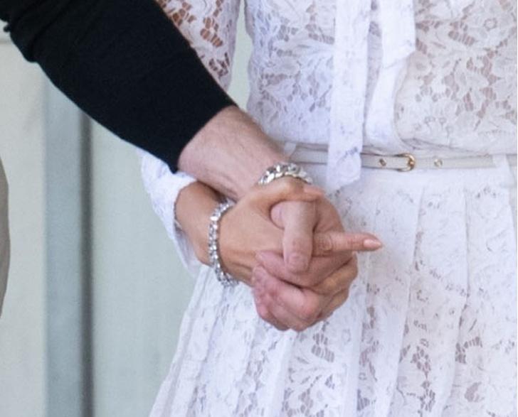 Фото №3 - Тили-тили-тесто: Аффлек и Лопес появились в Венеции в «свадебных» аутфитах