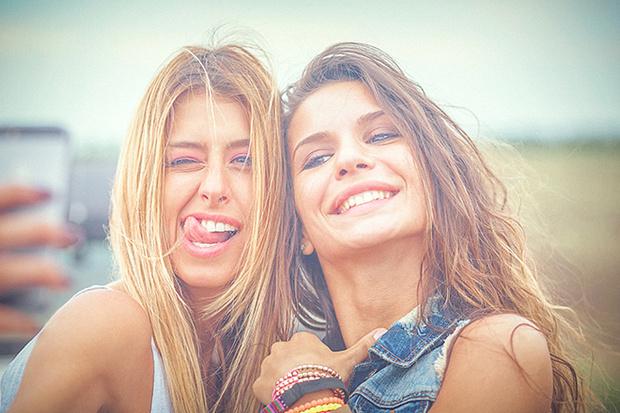 Фото №1 - Новая мода – отбеливание зубов углем. А что говорят стоматологи?