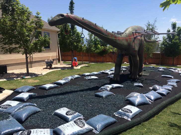 Фото №10 - Отец своими руками построил детям 14-метрового динозавра— детскую площадку (фото и видео)