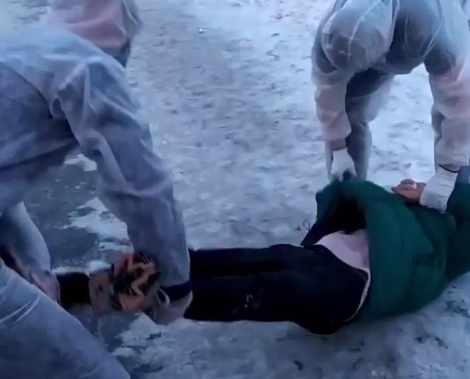 Фото №1 - В Магнитогорске блогер разыграл прохожих, притворившись, что у него коронавирус (видео)