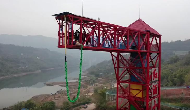 Фото №1 - В китайском парке развлечений заставили свинью прыгнуть с тарзанки (видео)