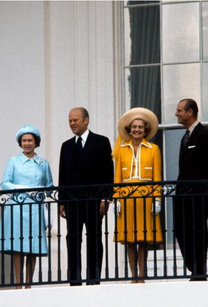 Фото №2 - Конфузы Белого дома: как президенты Форд и Буш пытались подшутить над Королевой
