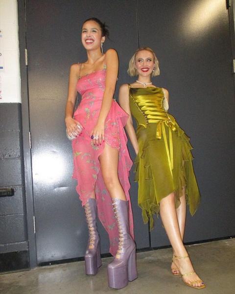 Фото №1 - Ботинки на очень высокой платформе— новая модная тенденция от Оливии Родриго