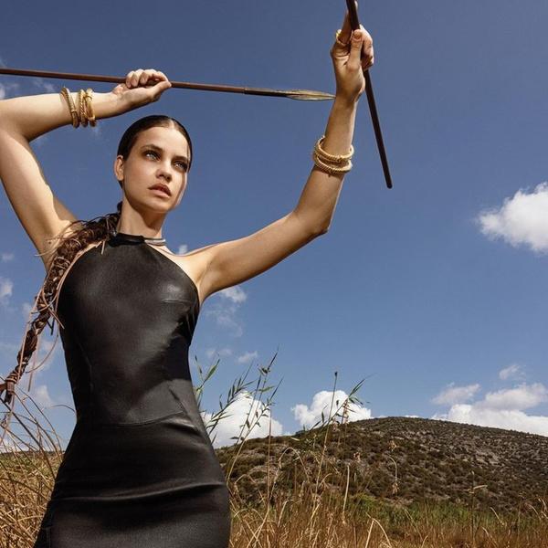 Фото №1 - Черное шелковое платье— обязательная покупка этой осени. Доказывает Барбара Палвин 🖤