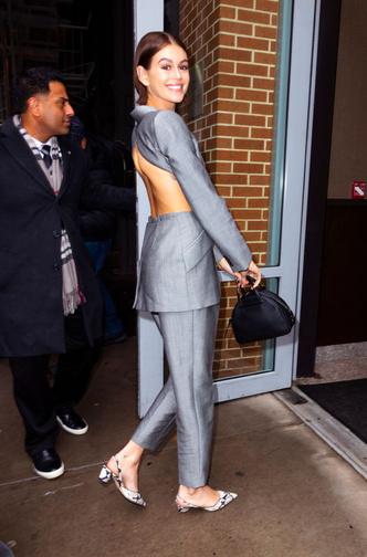 Фото №3 - Кайя Гербер вышла в «голом» пиджаке с вырезом во всю спину