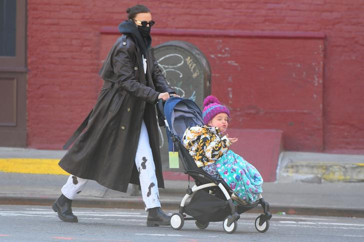 Фото №1 - Кожаный тренч + ботинки челси— беспроигрышная модная формула Ирины Шейк, чтобы встретить раннюю весну во всеоружии