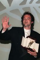 Тарантино получает золотую пальмовую ветвь за фильм «Криминальное чтиво» в 1994 году