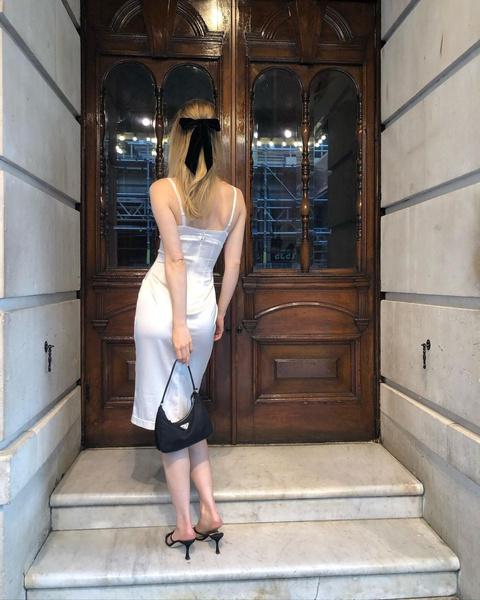 Фото №1 - Как легко разнообразить образ с простым платьем: мастер-класс от Сьюки Уотерхаус
