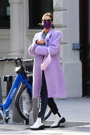 Фото №2 - Акцентные плечи и самый нежный оттенок: пальто для весны 2021 по версии Ирины Шейк