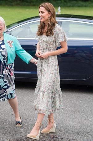 Фото №11 - Цветы, горошек и шифон: где искать летние платья, как у герцогини Кейт