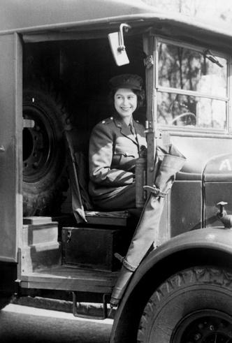 Фото №5 - Почему будущую Королеву и принцессу Маргарет не эвакуировали во время Второй мировой войны