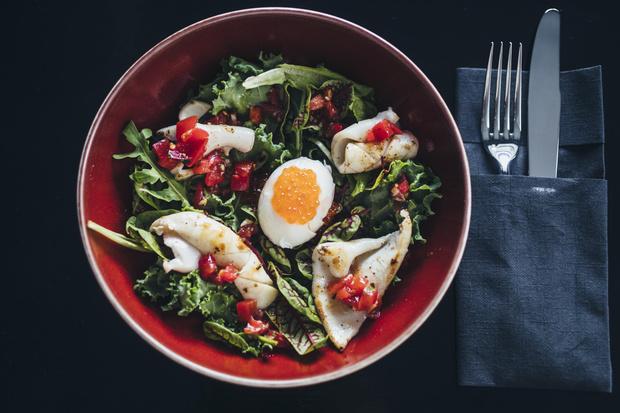 Фото №1 - Кухня ELLE DECORATION: салат с кальмарами и яйцом пашот