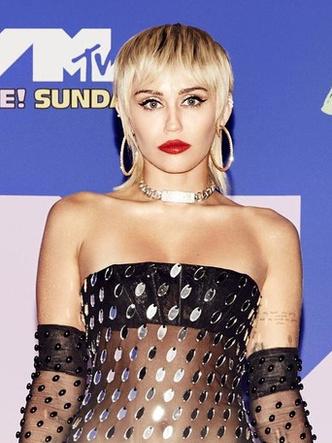 Фото №17 - MTV Video Music Awards 2020: лучшие и худшие наряды звезд на красной дорожке