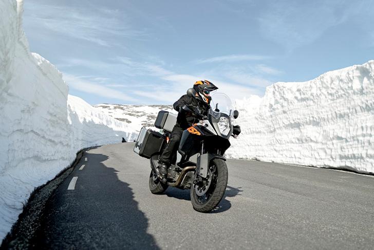 Фото №2 - Гусеницы, саморезы, седло с подогревом: 5 интересных фактов о зимней езде на мотоцикле