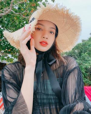 Фото №4 - С чем сочетать шляпу и панаму: разбираем летние образы Лисы из BLACKPINK