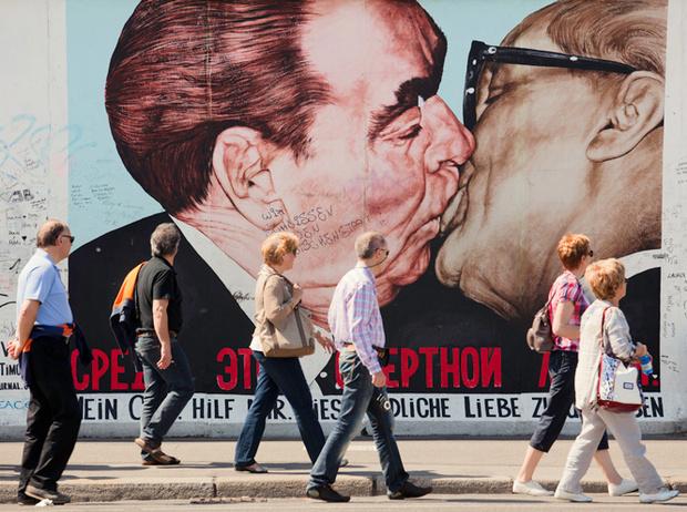 Фото №2 - Рукопожатия, поцелуи и объятия: как меняются культурные нормы в эпоху пандемии