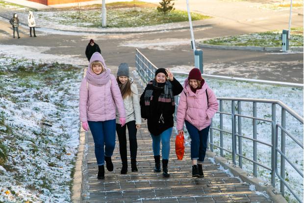 Пока в Красноярске еще не очень холодно, и прохожие отвечают улыбчивому Али