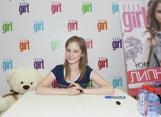 Фото №1 - Юлия Липницкая на автограф-сессии с ELLE girl
