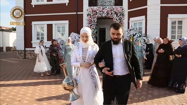 Фото №1 - Вертолет с лепестками роз, настоящая карета и мед для невесты: Рамзан Кадыров женил племянника