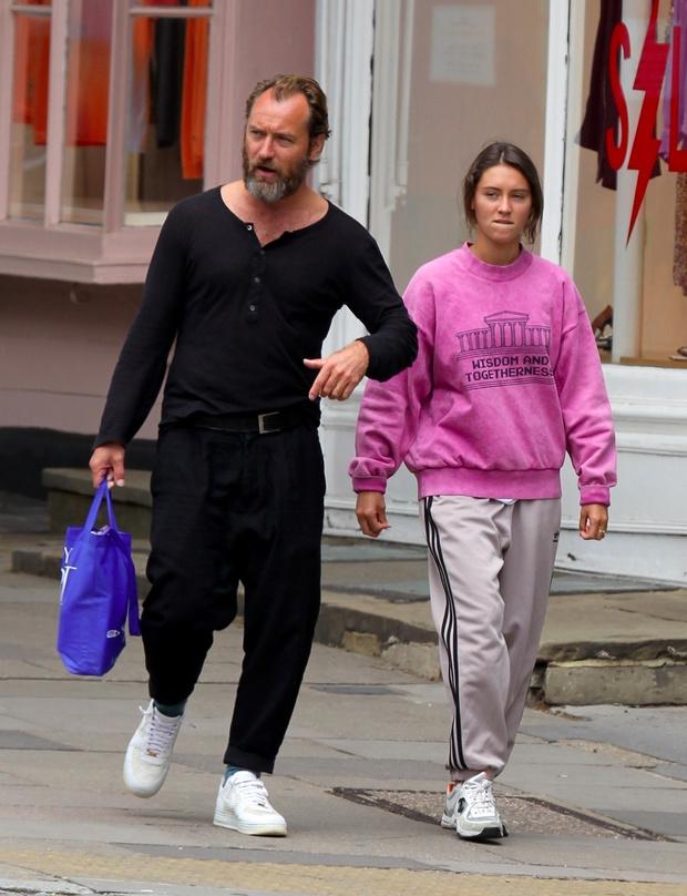 Фото №3 - Очень стильная идиллия: Джуд Лоу на прогулке с дочерью, топ-моделью