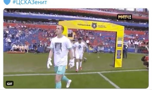 Фото №1 - «Зенит» вышел на матчв футболках с портретами медиков, умерших во время эпидемии ковида
