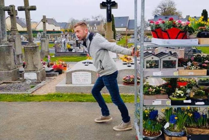Фото №1 - История французского садовника, который украсил непроданными цветами целое кладбище, стала вирусной (фото)