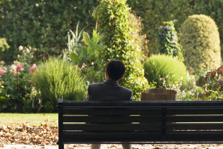 Фото №1 - Ученые сравнили уровень одиночества в 20 лет и в 60