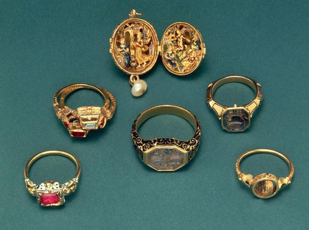 Фото №2 - Тренд аристократов: где искать кольца-печатки, как у Дианы, Меган и Пиппы Миддлтон