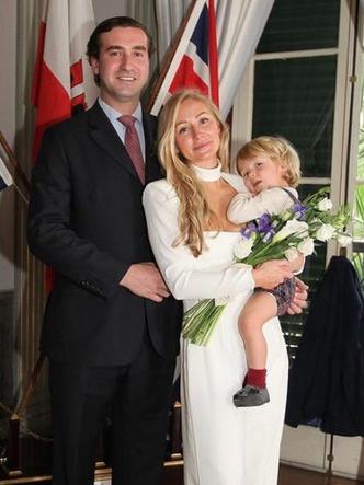 Фото №3 - Эффектное декольте и минимум гостей: как прошла последняя королевская свадьба 2020 года
